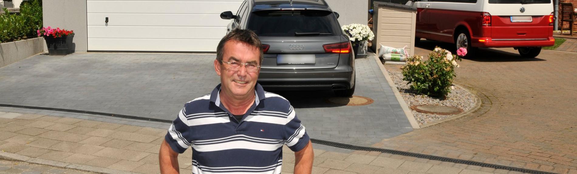 zufriedenen sonnenBatterie Kunde vor seiner Garage