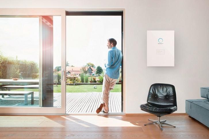 Mann an Fenster neben sonnenBatterie eco 9