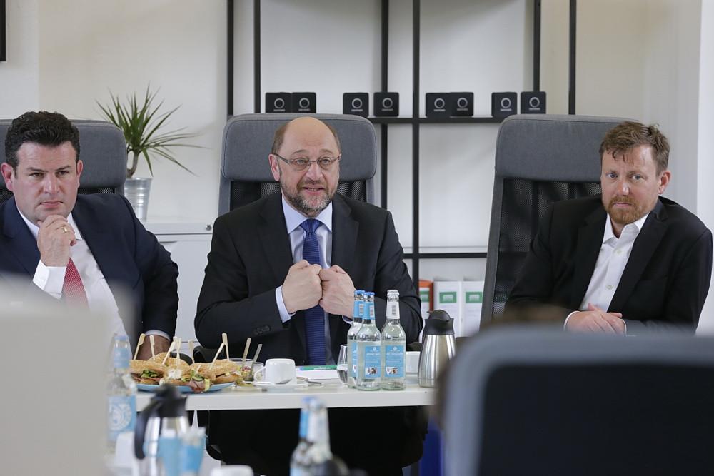Martin Schulz und Hubertus Heil bei der Diskussion mit Unternehmensgründer im Büro der sonnen Gmbh in Berlin