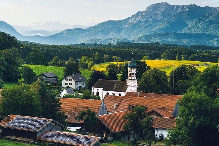 Berglandschaft und Dorf
