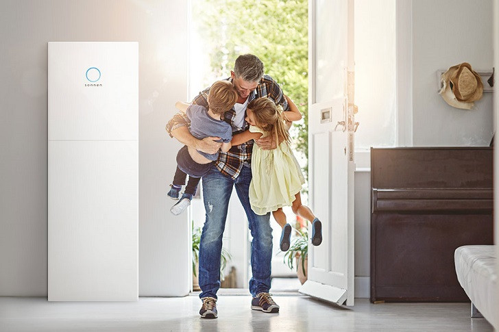 sonnenBatterie eco im Flur mit Vater und Kindern