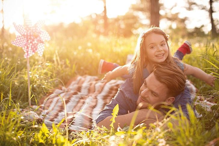 Vater und Tochter im Sonnenschein