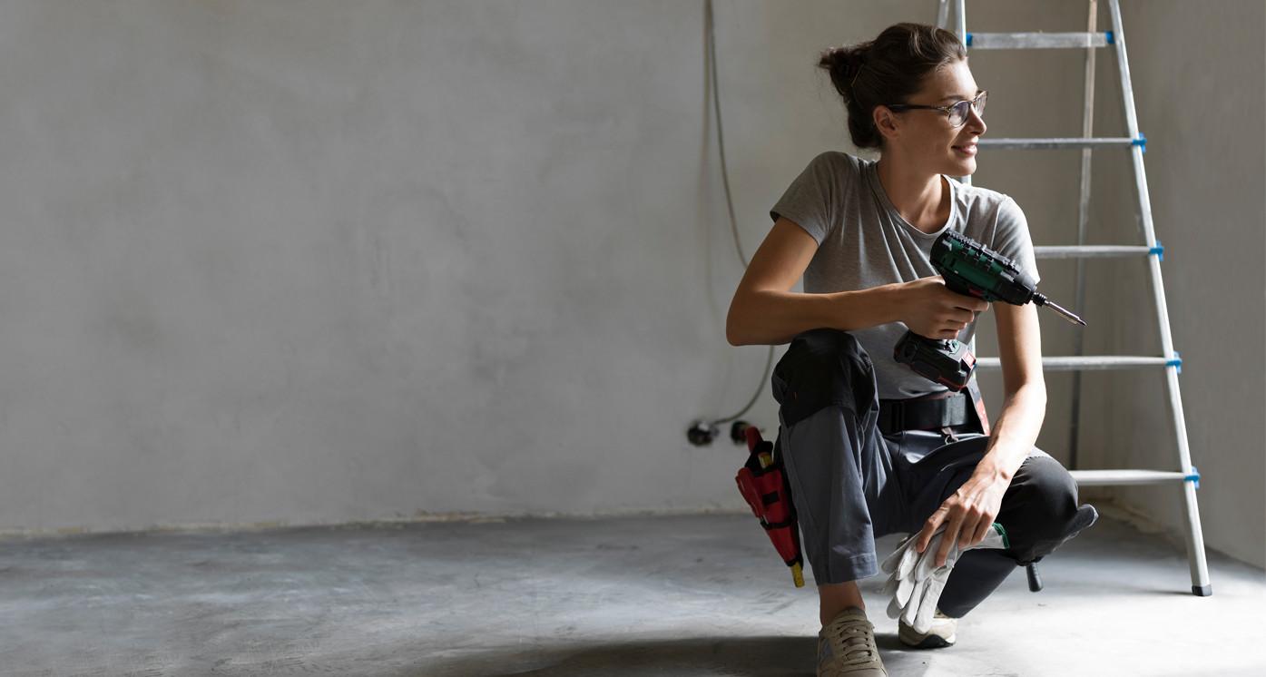 Female sonnen installer holding a drill