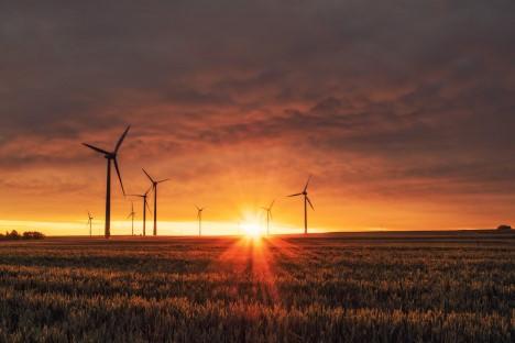 Landschaft mit Windmühlen im Sonnenuntergang