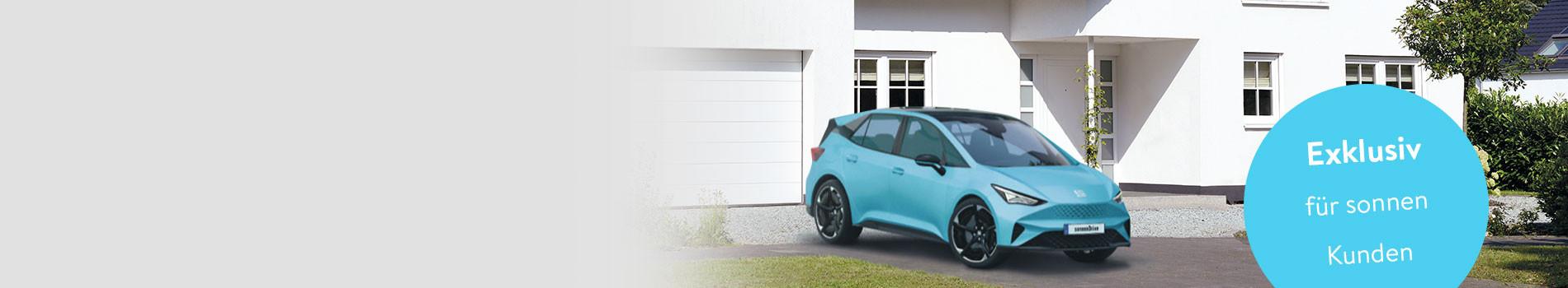 Blaues Elektroauto vor einem Haus