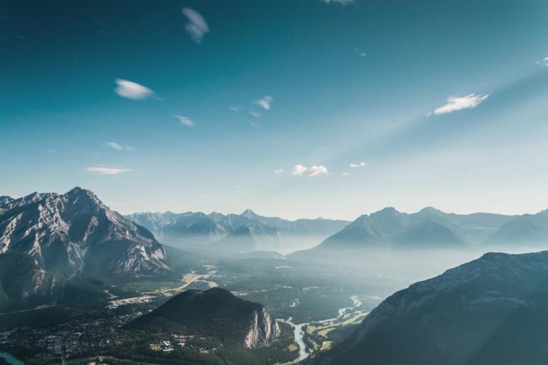 Landschaft mit Bergen, die Freiheit durch Stromspeicher