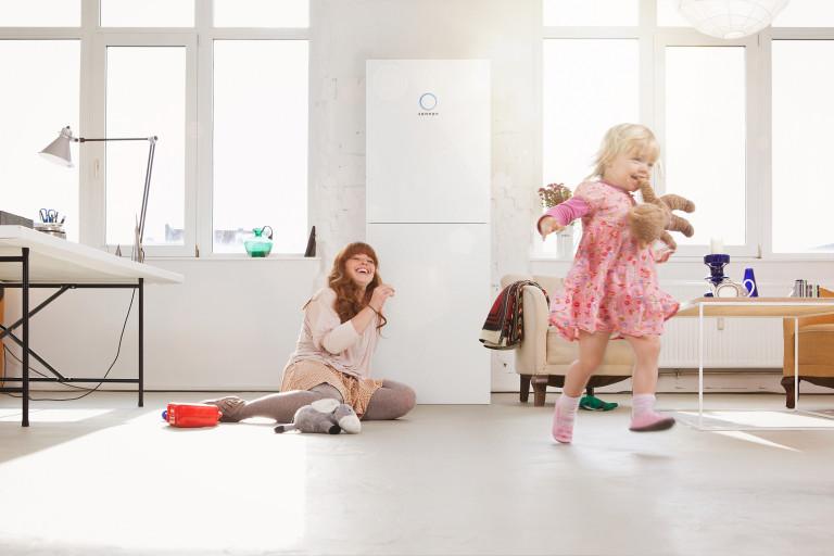 Mamma e figlia che giocano in salotto con alle spalle la loro sonnenBatterie