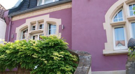 Jugendstilhof in Lila Haus macht sich unabhängig mit einem Energiespeicher sonnenBatterie