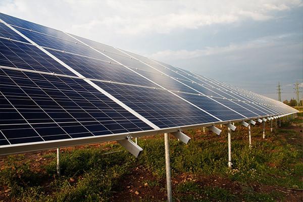 solaranalage auf dem freien Feld