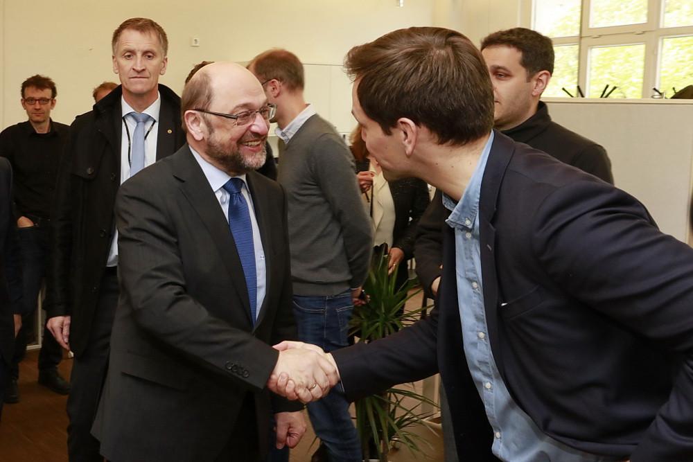 SPD Kanzlerkandidat Martin Schulz begrüßt sonnen-Geschäftsführer Philipp Schröder mit Handschlag