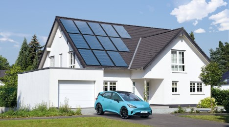 E-Auto vor Haus mit PV-Anlage
