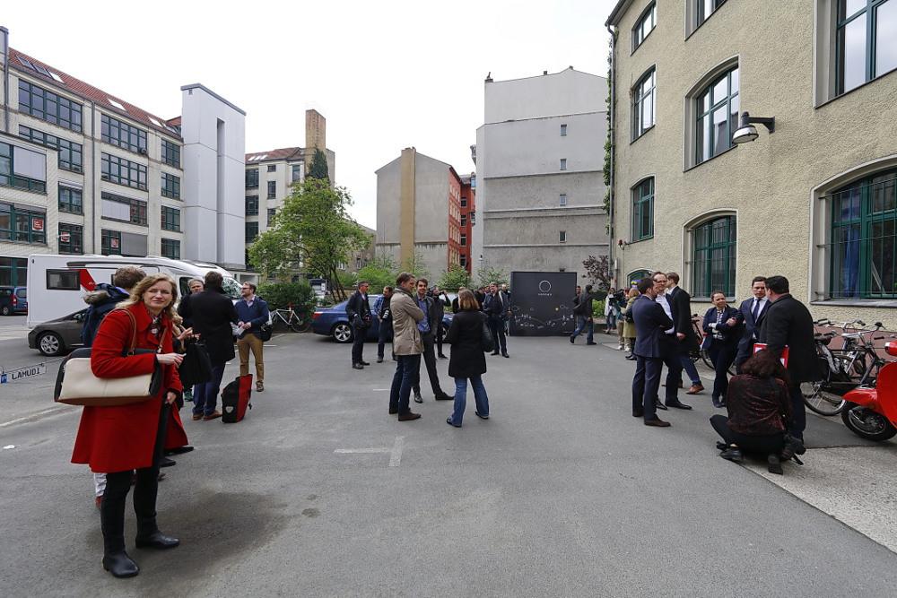 Gäste zum Besuch von Martin Schulz vor dem Berliner Büro der sonnen GmbH