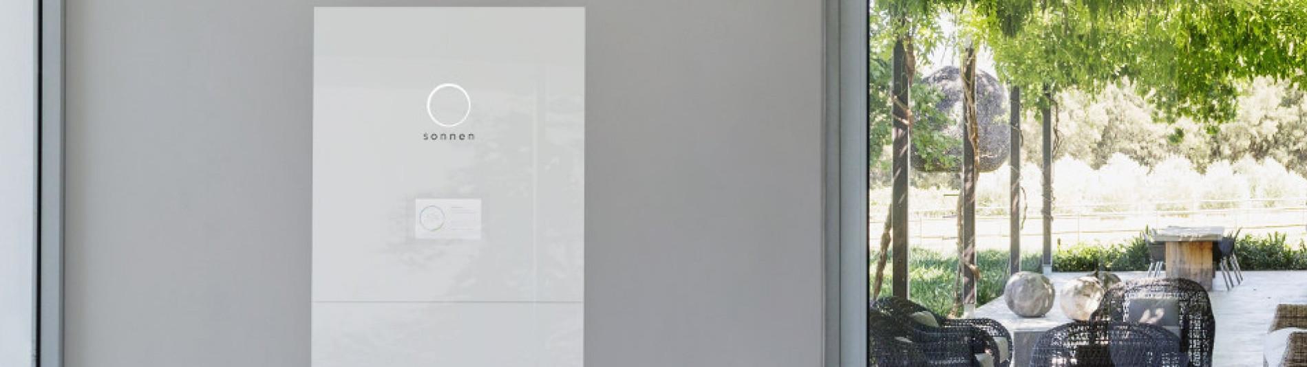 Heimspeicher Batteriespeicher sonnenBatterie weiß in modern eingerichtetem Haus