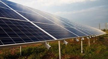 PV Anlage im grünen Feld wird von der Sonne beleuchtet und speichert mit dem Stromspeicher diese Energie