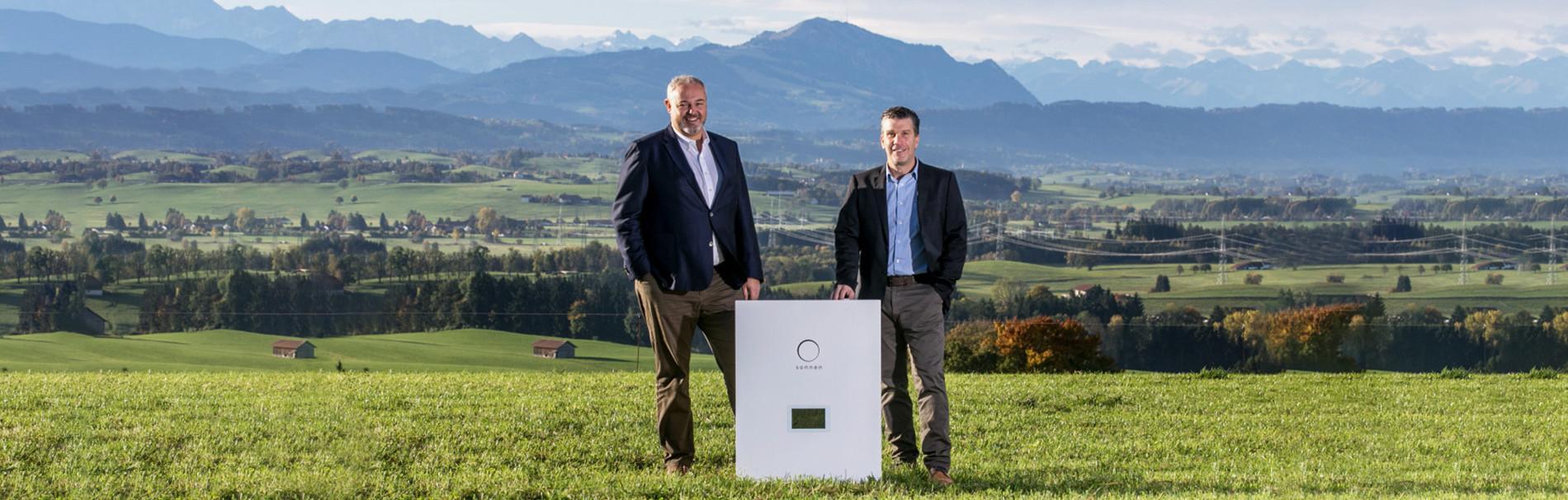Gründer vor Alpenpanorama