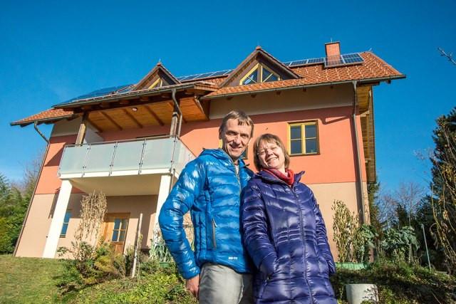 Ehepaar vor Haus mit PV