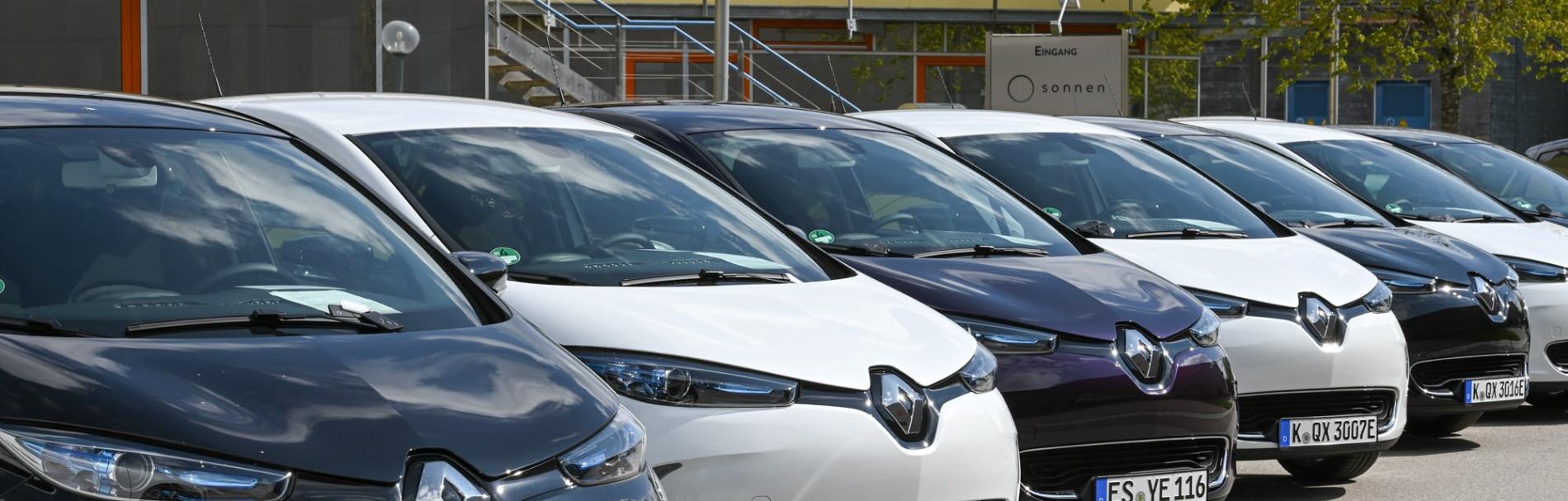 Elektroautos vor der Firmenzentrale von sonnen