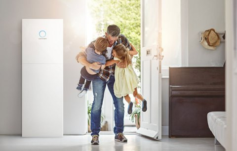 white sonnenBatterie Father hugging two kids