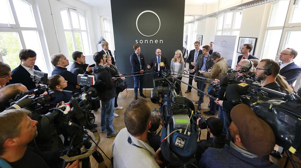 Martin Schulz zusammen mit Philipp Schröder und Verena Hubertz beim Statement an die Presse