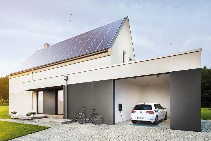 Elektroauto und sonnenCharger in Garage