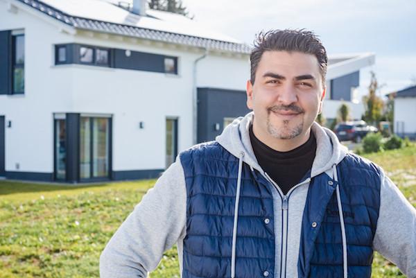 Sharokh Khalili vor seinem Haus