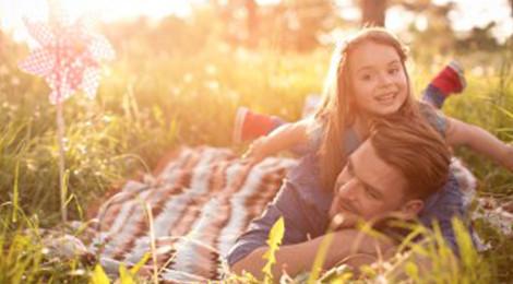 Vater und Tochter sparen CO2 mit der dem Heimspeicher sonnenBatterie und spielen in der Natur