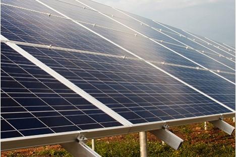 Detail von Photovoltaik-Anlage auf einem Feld